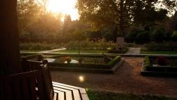 Gemeinschaftsgräber, hier die Rosengrabstätte, beginnen sich seit einigen Jahren als eine Alternative zu anonymen Grabstätten durchzusetzen.
