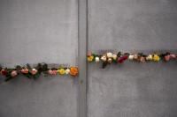 Rosen im Schlitz der Berliner Mauer