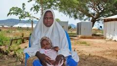 Mariam Suleiman mit ihrer zweieinhalb Jahre alten Tochter Aisha im Transitcamp Mubi, Adamawa State, Nigeria.