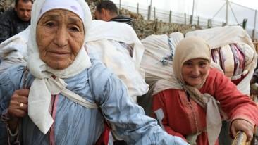 Die 75 Jahre alte Habiba Uardani wartet mit anderen Lastenträgern auf die morgendliche Grenzöffnung in Melilla.