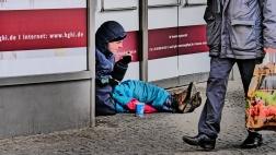 Du siehst mich... nicht: Bettelnder Mann in Alt-Tegel. Nicht alle Kirchentagsbesucherinnen und -besucher sind den Anblick so vieler Obdachloser auf der Straße gewohnt