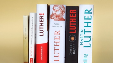 Diverse Lutherbiografien (Foto vom 10.10.16).