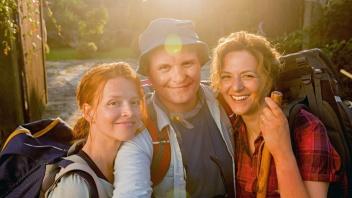 """Karoline Schuch mit den Schauspielern Devid Striesow und Martina Gedeck (v.l.n.r.) im Kinofilm """"Ich bin dann mal weg""""."""