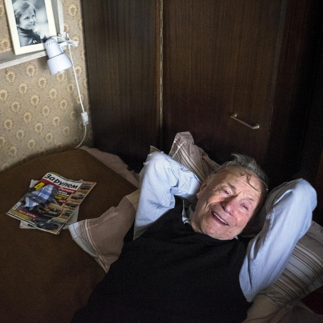 Mark Tilewitsch trotz Krankheit gutgelaunt auf der Couch seiner Moskauer Wohnung