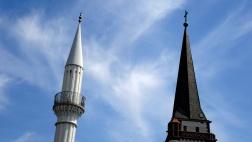 Minarett der Sultan-Selim-Moschee und der Kirchturm der nahe gelegenen katholischen Liebfrauenkirche im Mannheimer Stadtteil Jungbusch