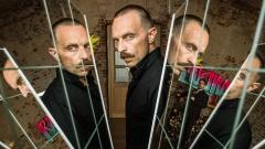 Filmszene: Aktionskünstler Zoltan Rajinovic alias G.O.D. (Aleksandar Jovanovic) wird verehrt, auch von Prof. Karl-Friedrich Boerne (Jan Josef Liefers, rechts im Hintergrund)