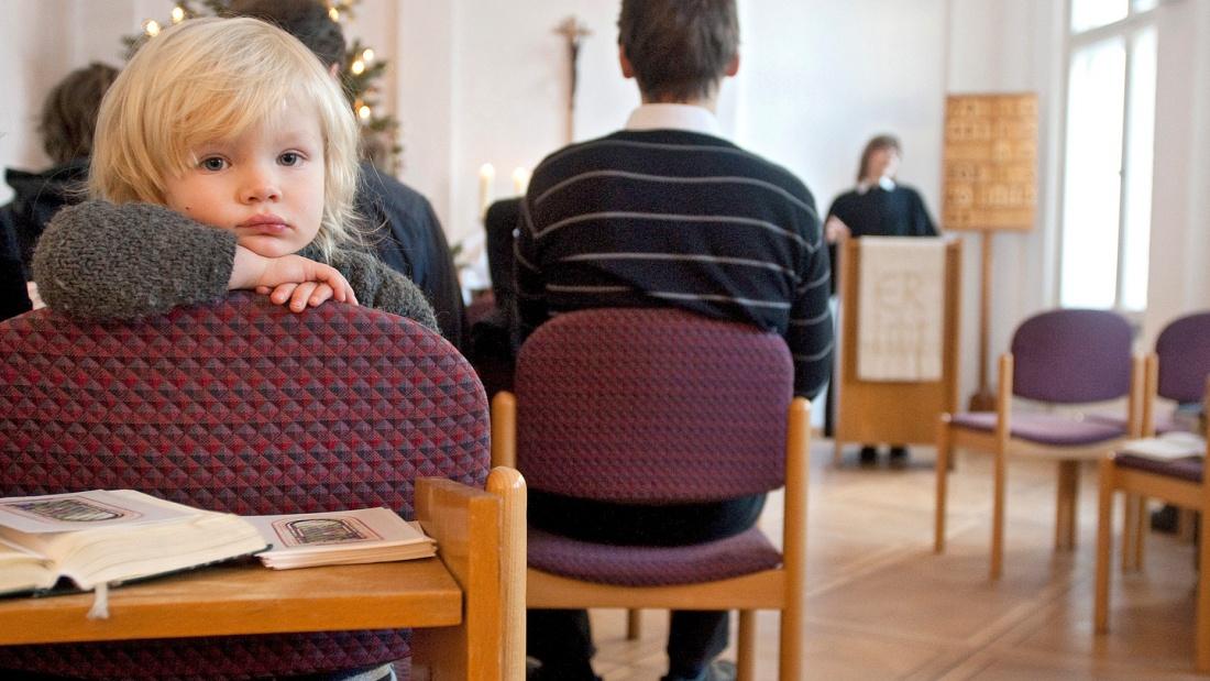 Ein Kleinkind blickt gelangweilt in die Kamera