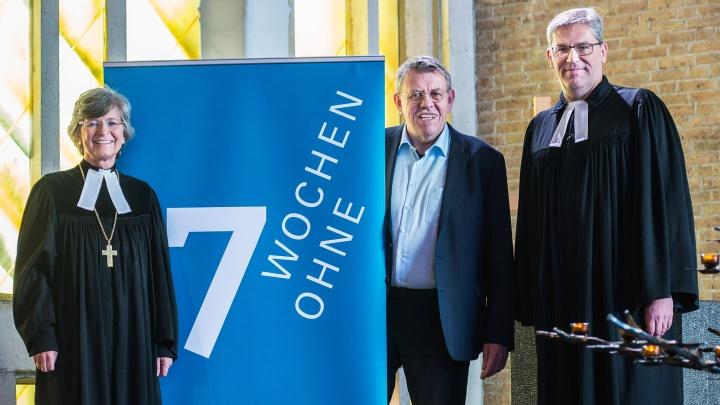 """Susanne Breit-Kessler, Arnd Brummer (Geschäftsführer von """"7 Wochen Ohne"""") und Pfarrer Reinhardt Schellenberg"""