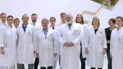 MENSCHEN HAUTNAH: GEHEIMNISVOLLE KRANKHEITEN - TEIL 1,  Prof. Jürgen Schäfer (Hände verschränkt) und sein Team des Zentrums für unerkannte und seltene Erkrankungen am Uniklinikum Marburg.