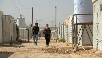 Die Autoren Naima Lukas Rögler und El Moussaoui unterwegs in Zaatari, wenige Kilometer von der syrischen Grenze.