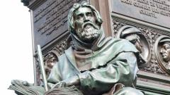 Die Skulptur des Petrus Waldus am Lutherdenkmal in Worms erinnert an den Begründer der von der katholischen Kirche verfolgten Waldenser