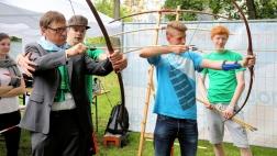 Jugendliche mit Kirchenpräsident Volker Jung beim Bogenschießen