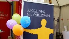 """Plakat mit der Aufschrift """"Bei Gott sind alle willkommen"""" am Stand der Baptisten Schöneberg beim 24. Lesbisch-schwulen Stadtfest in Berlin"""