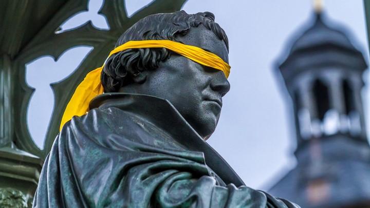 Luther mit Augenbinde