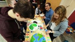 Jugendliche aus dem Freiwilligen Sozialen Jahr der Diakonie bemalen in Bremen Türblätter mit Motiven zum Thema Gerechtigkeit.