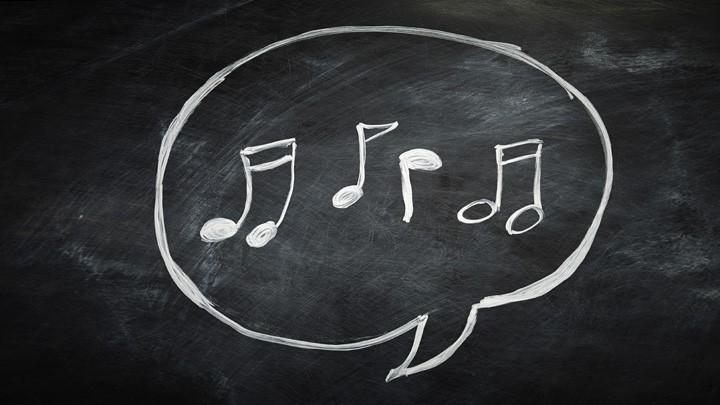 Musiknoten auf einer Tafel.