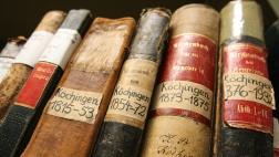 Alte Kirchenbücher im Magazin des Landeskirchlichen Archivs in Wolfenbüttel.