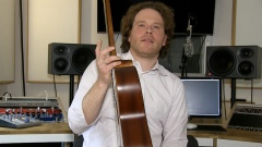 Tim Linde im Studio mit Gitarre in der rechten Hand.
