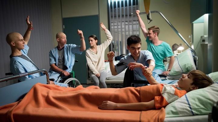V.l.: Leo (Tim Oliver Schultz), Jonas (Damian Hardung), Emma (Luise Befort), Toni (Ivo Kortlang), Alex (Timur Bartels) und Hugo (Nick Julius Schuck) stimmen eindeutig ab, eine nächtliche Expedition durchs Krankenhaus zu unternehmen.