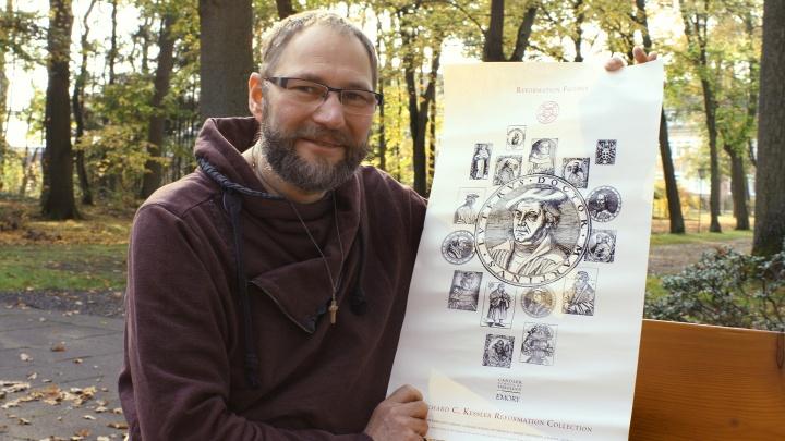 Neben sich ausgebreitet hat der IT-Experte das Bild seines Vorfahren: Priesmeier ist in 14. Generation direkter Nachfahre des Reformators Martin Luther