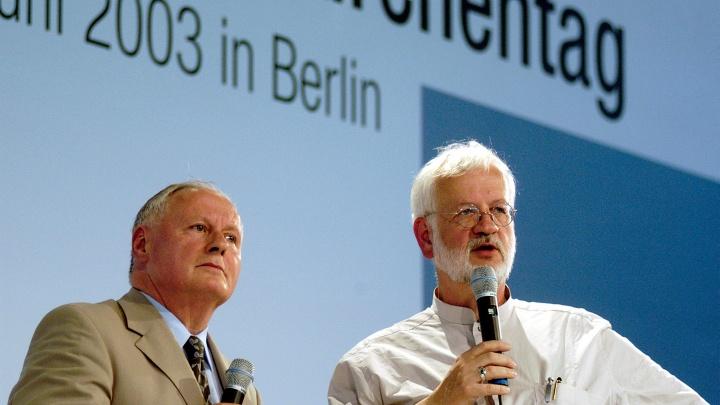 Oskar Lafontaine bei einer kritischen Befragung durch den Chefredakteur Robert Leicht am 29.5.2003 auf dem ökumenischen Kirchentag in Berlin.