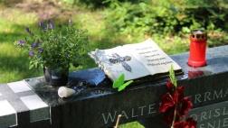 Nahaufnahme eines Grabsteins auf dem Grabfeld für Obdachlose in Köln.