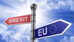 """Pfeile mit Aufschrift """"Brexit"""" und """"EU"""" zeigen in verschiedene Richtungen"""