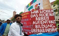 Fluechtlinge ziehen Drei-Meter-Arche durch Berlin