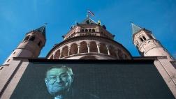 Vor dem Mainzer Dom ist am Mittwoch auf einer Videoleinwand ein Porträt des verstorbenen Kardinals Karl Lehmann zu sehen.