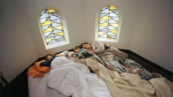 Kurdische familie in einer Oberhausener Kirche