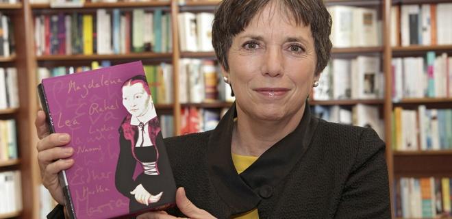 Margot Käßmann mit dem Bibel Schmuckschuber Frauen in der Reformation