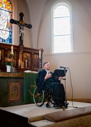 Pastor im Rollstuhl | chrismon
