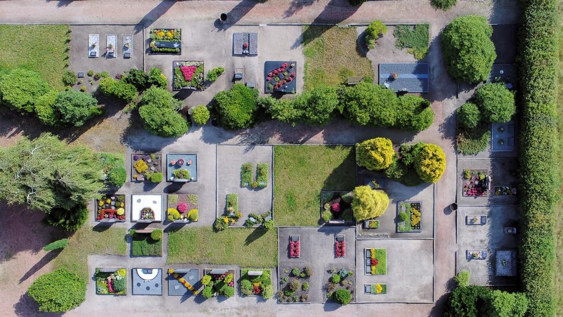 Blick von oben auf einen Friedhof
