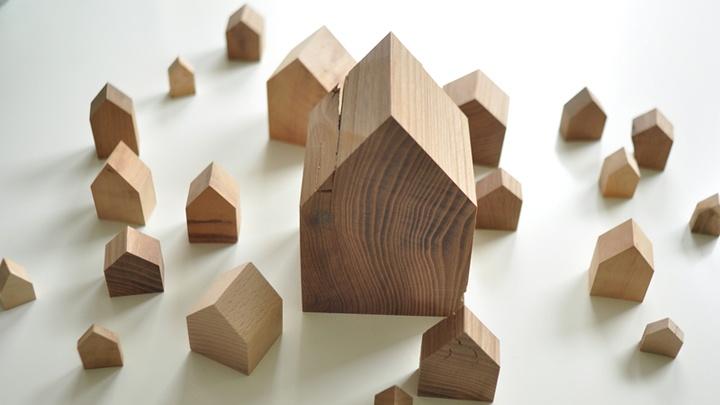 Kirche und Häuser aus unbehandeltem Holz.