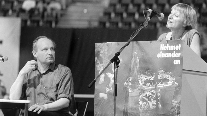 Eugen Drewermann (li) bei einer Veranstaltung mit Dorothee Sölle auf dem Kirchentag 1993 in München.