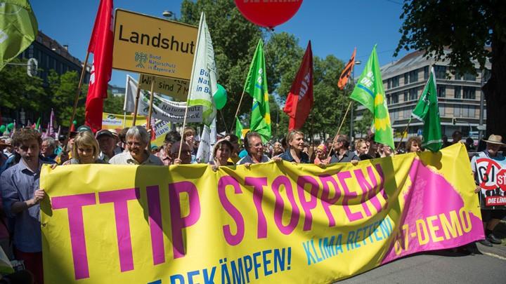 Anti-G-7-Demo in München: Der Protest richtete sich unter anderem gegen das Freihandelsabkommen TTIP zwischen der EU und den USA.
