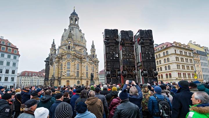 """Das bereits im Vorfeld kontrovers diskutierte Dresdner Kunstprojekt """"Monument"""" ist unter massiven Störungen eröffnet worden."""