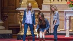 Jugendliche stellen Kerzen auf