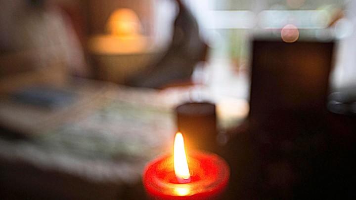 Eine Bewohnerin des Hospiz am Bonner Waldkrankenhaus am 01.12.2014 im Gespräch mit einer Begleitperson während an einem Adventskranz die erste Kerze brennt.