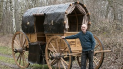 Der Braunschweiger Stellmacher Theo Malchus hat einen mittelalterlichen Kobelwagen aus Luthers Zeiten auf den Waldweg neben seiner Werkstatt gerollt.