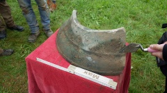 Das Fundstück stammt vom unteren Teil einer Glocke, die wahrscheinlich einen Durchmesser von sechzig Zentimetern hatte.