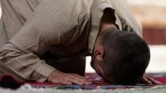 Junger Muslim betet in einer Moschee.