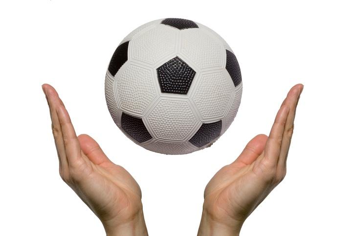 Zwei Hände und ein Ball