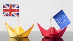 Papierschiffchen mit britischer Flagge und Papierschiffchen mit geknickter Europa-Flagge