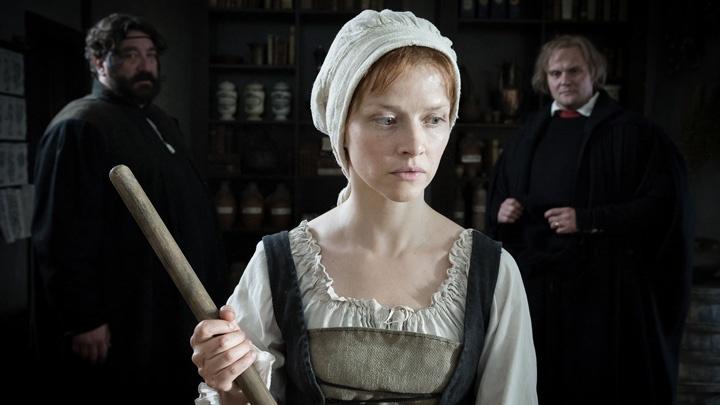 """In dieser Szene aus dem Film""""Katharina Luther"""" von Regisseurin Julia von Heinz, der im Februar 2017 in der ARD zu sehen ist begegnen sich Katharina und Luther in der Apotheke der Cranachs."""