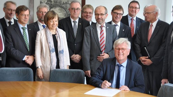 Heinrich Bedford-Strohm, unterzeichnet die Erklärung der Leitenden Geistlichen der evangelischen Landeskirchen in Deutschland.