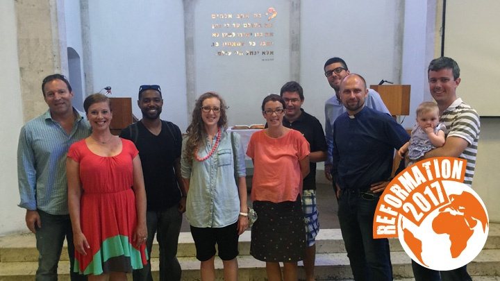 Pfarrer Andreas Johansson (2. v.r.) mit Gemeindemitgliedern in der Immanuel Church, Tel Aviv, Israel.