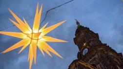 Ein Herrnhuter Stern vor der Evangelischen Kreuzkirche in Dresden am frühen Morgen des ersten Weihnachtstages 2015.