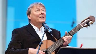 Fritz Baltruweit singt zur Gitarre beim evangelischen Kirchentag in Hamburg 2013.