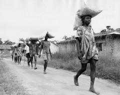 1969 verteilte die Diakonie Katastrophenhilfe Hilfsgüter mit einer Luftbrücke in der Provinz Biafra in Nigeria.